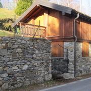 Casa rivestita in sasso e legno