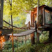 casa sull'albero con luci