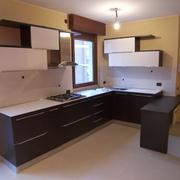 Progetto di realizzazione cucina angolare rovere scuro e laccato bianco lucido