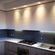 Cucina con controsofitto con luci a LED  Fascione ABK ceramiche DOWNTOWN
