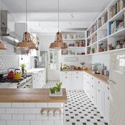 Cucina con lampadari in rame