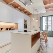 Cucina con parete in pietra