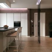 Cucina con vetro oscurante illuminato 3
