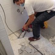 Sostituzione di un pavimento danneggiato nel bagno e del vecchio mobiletto portalavabo