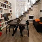zona Giorno con scale e libreria