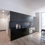 Il living con il volume in legno laccato nero, realizzato su disegno