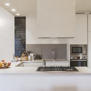 La cucina con la parete in lavagna