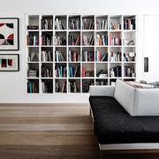 Libreria inserita in una grande nicchia