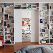 Libreria progettata e realizzata su misura per soggiorno moderno
