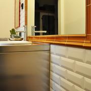 Mobile bagno contenitivo progettato su misura e cornice per specchio.