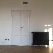 particolare porta e calorifero restaurati