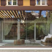 Pergola bioclimatica con chiusure in vetro