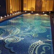 Piscina interna con decorazione in mosaico di vetro mod. paisley