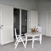 Portafinestra FINSTRAL in PVC colore bianco e persiane di sicurezza in acciaio