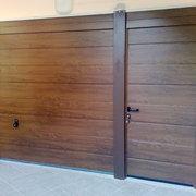 Portone Hormann Decograin Goldeln Oak con porta pedonale laterale
