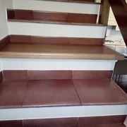 Rivestimento  scala e pavimento posato flottante con appartamento completamente arredato