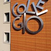 Scorcio della scultura-logo della facciata