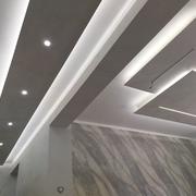 Spettacolare salone con controsoffitti e pietra spaccata