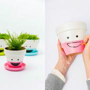 vasi decorati con volti e sorrisi