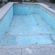 Vecchia piscina in cemento armato .