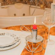 vista tavolo e vasca idromassaggio