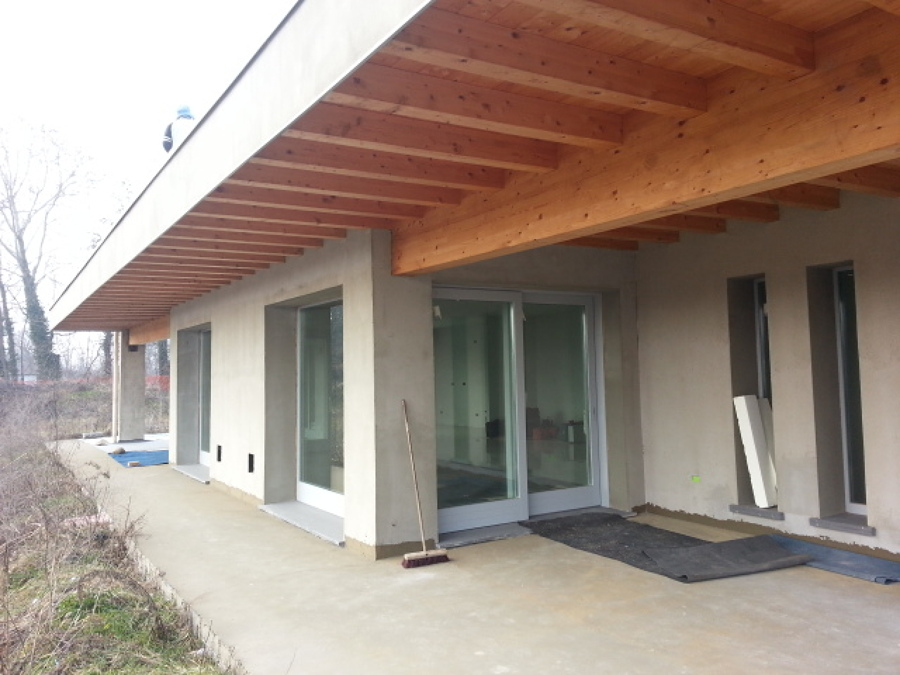 Foto androne fronte piscina in legno lamellare infissi a for Trasmittanza infissi