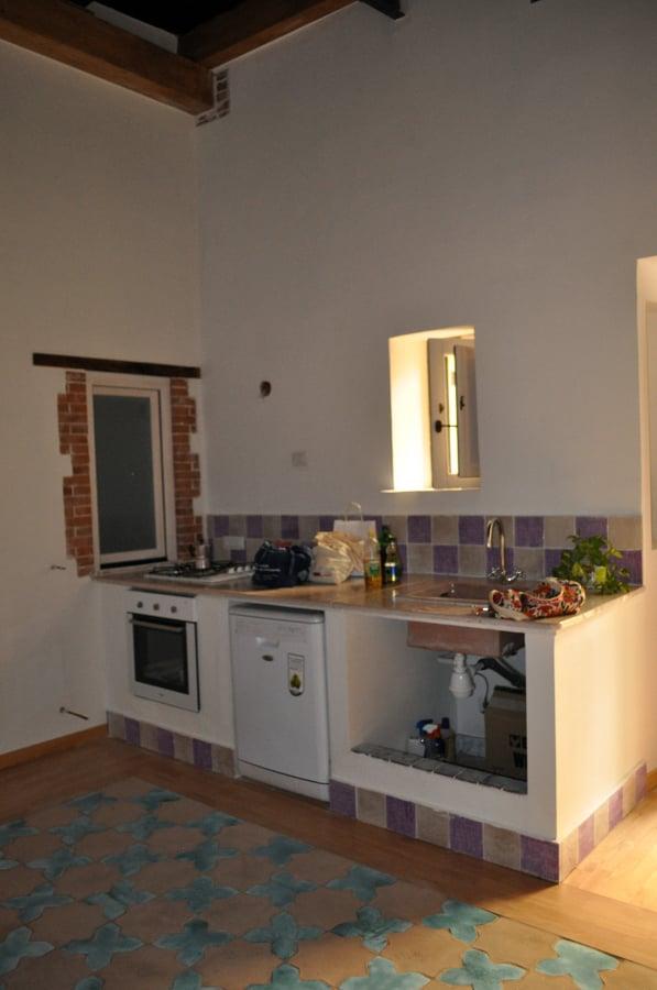 Foto angolo cottura con cucina in muratura realizzata for Piani del giroletto in stile missione