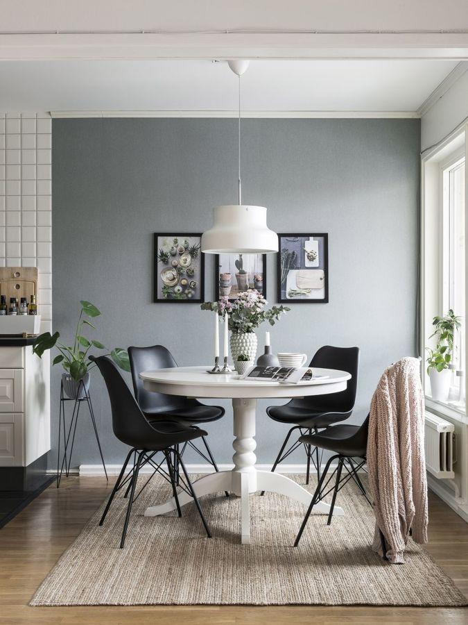 foto angolo pranzo con tavolo rotondo bianco e sedie nere