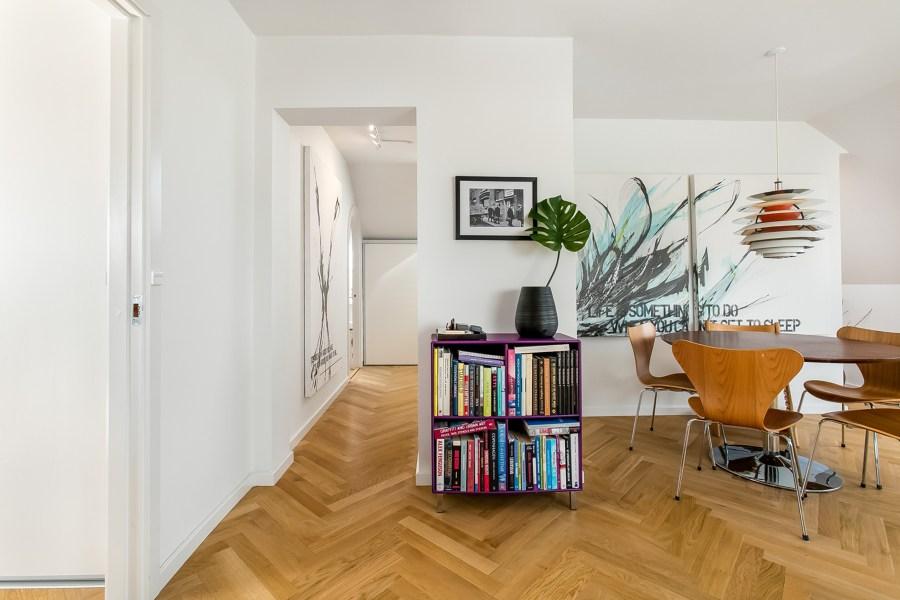 Appartamento con pareti bianche e parquet