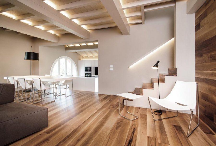 Appartamento con parquet e travi in legno