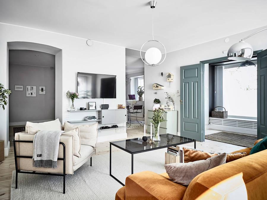 Appartamento scandinavo con porta verde
