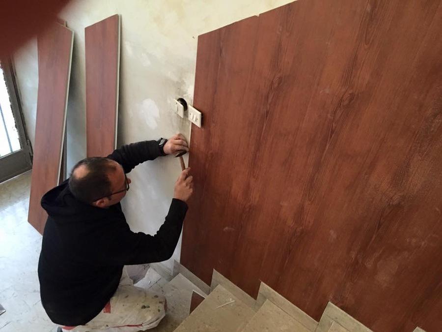 Applicazione finto legno entrata scala condominiale