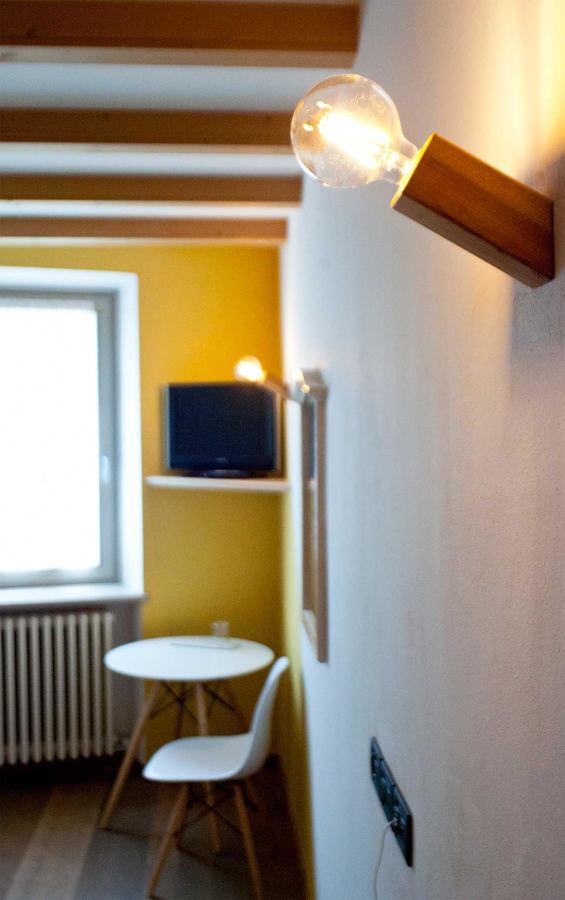 Applique da parete Pirn di Ulap design in legno di castagno
