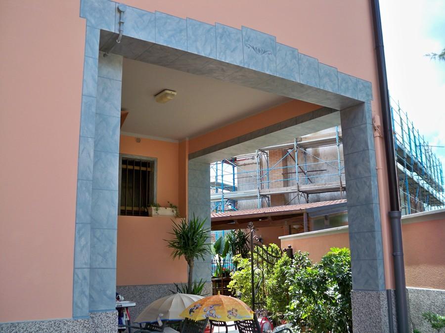 Arco in finta pietra con marchio