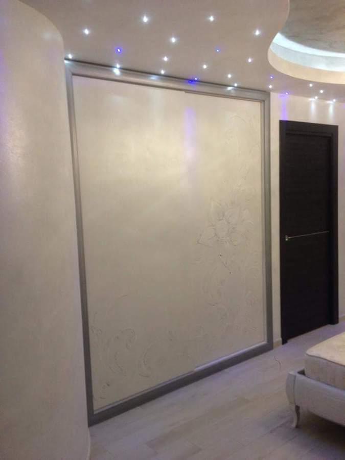 armadio incassato a muro con decorazioni a mano idee