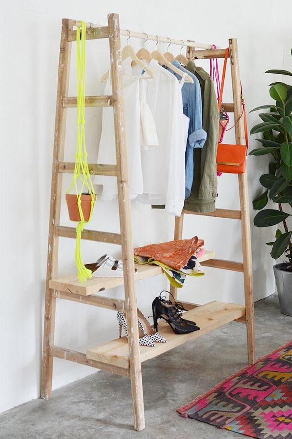 armadio fatto con scale riciclate