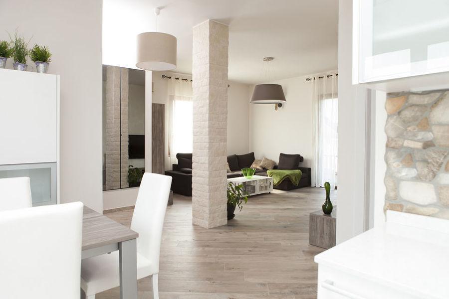 Arredamenti su misura per ampio soggiorno in stile contemporaneo