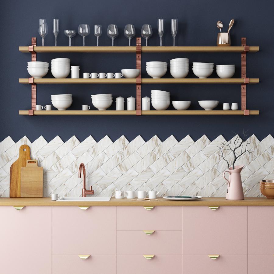 arredamento con rosa, metalli e marmo