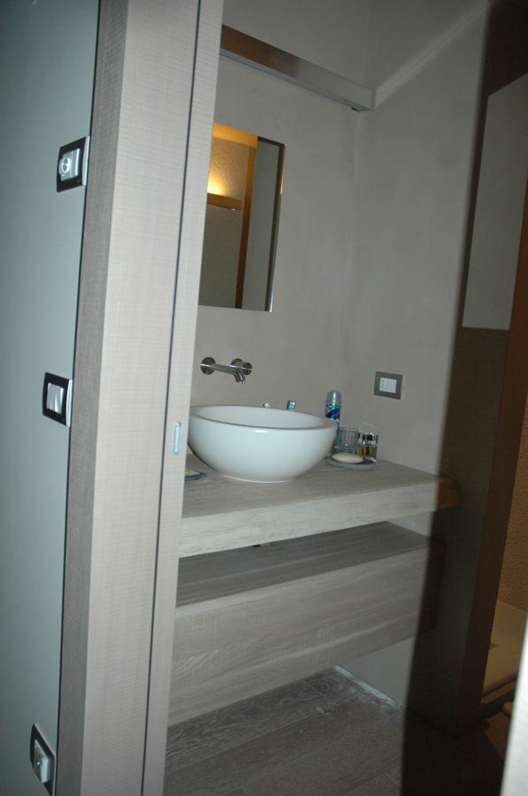 Foto arredo bagno su misura di linea arredo di salogni - Top bagno su misura ...