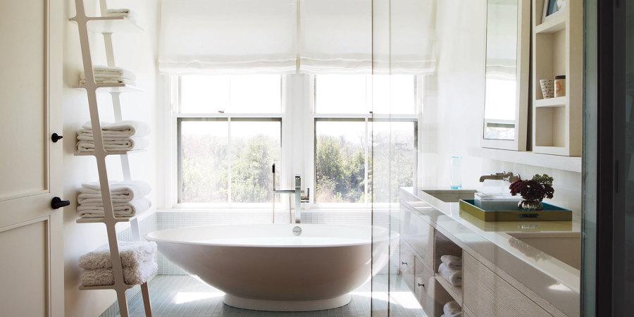 bagno bianco con vasca
