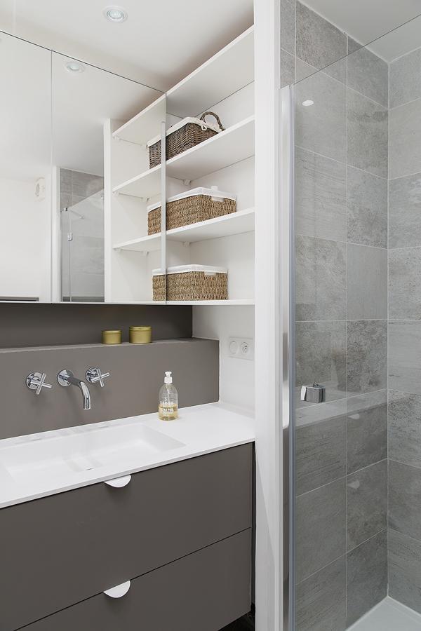 Bagno bianco e grigio