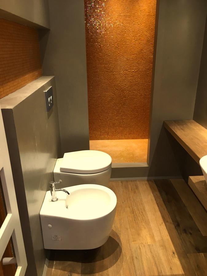 Resina mosaico parquet idee ristrutturazione bagni - Parquet nel bagno ...