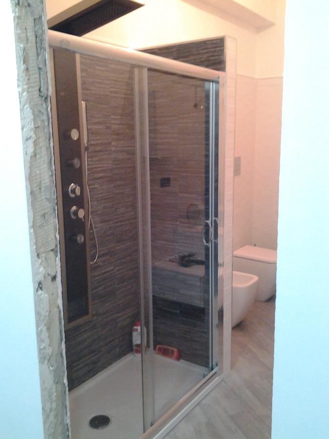 Foto bagno con doccia rivestita in pietra di edil dg - Foto bagni con doccia ...