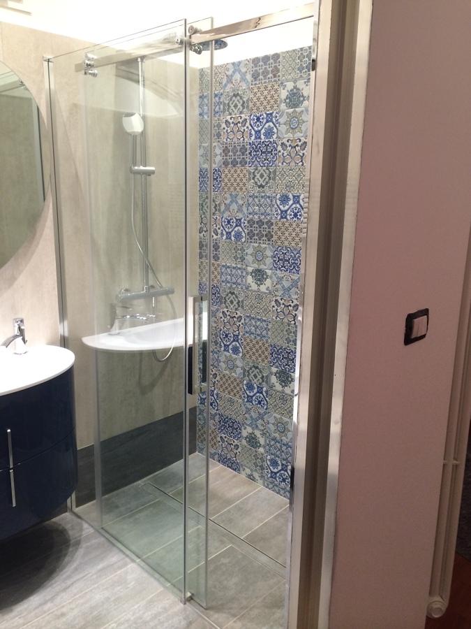Bagno con doccia grande [tibonia.net]