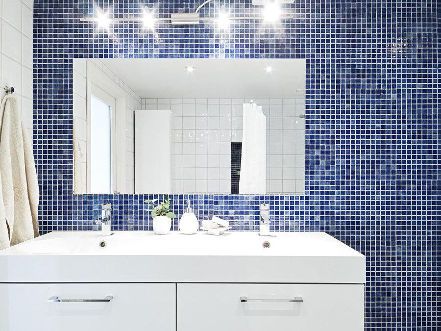 Bagno con mosaico blu