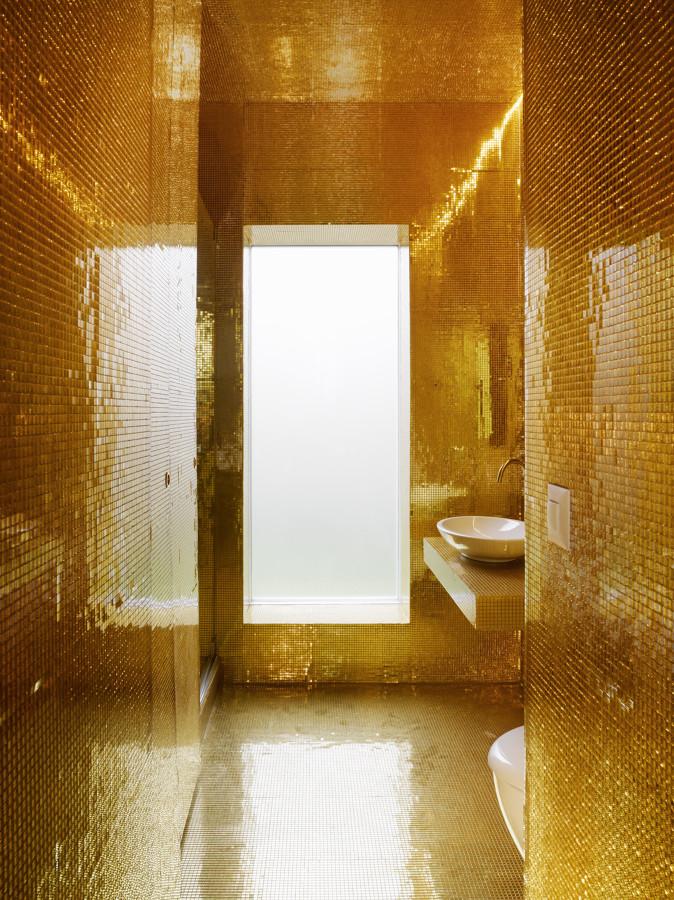 Bagno con mosaico color oro