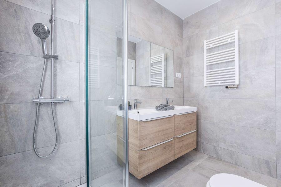 Bagno con pareti e pavimento effetto pietra