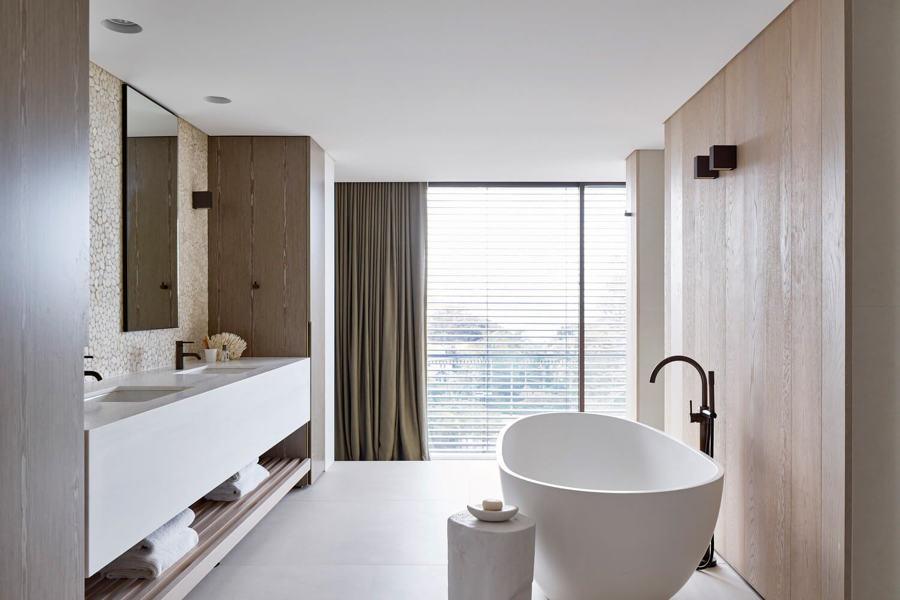 Bagno con pareti in legno