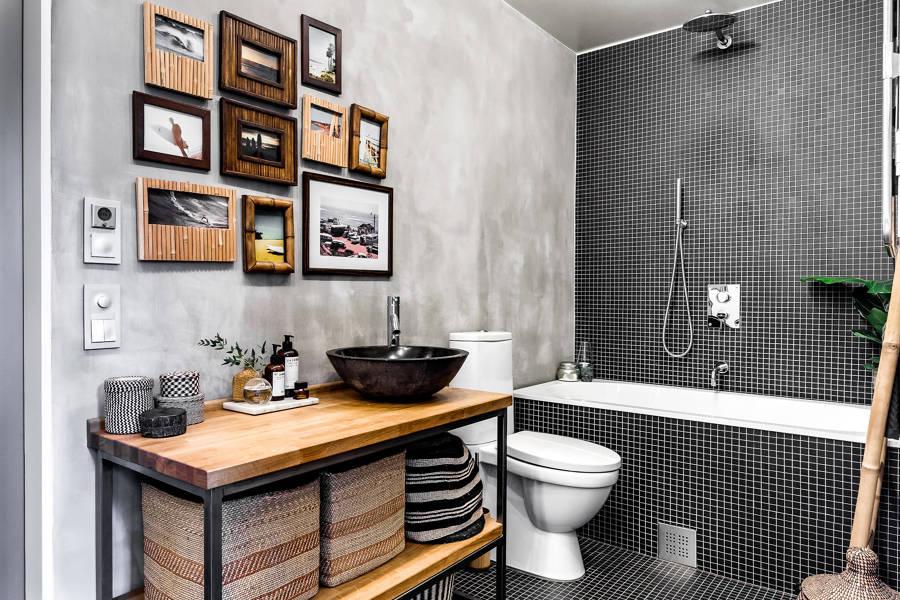 Bagno con pareti in mosaico e resina