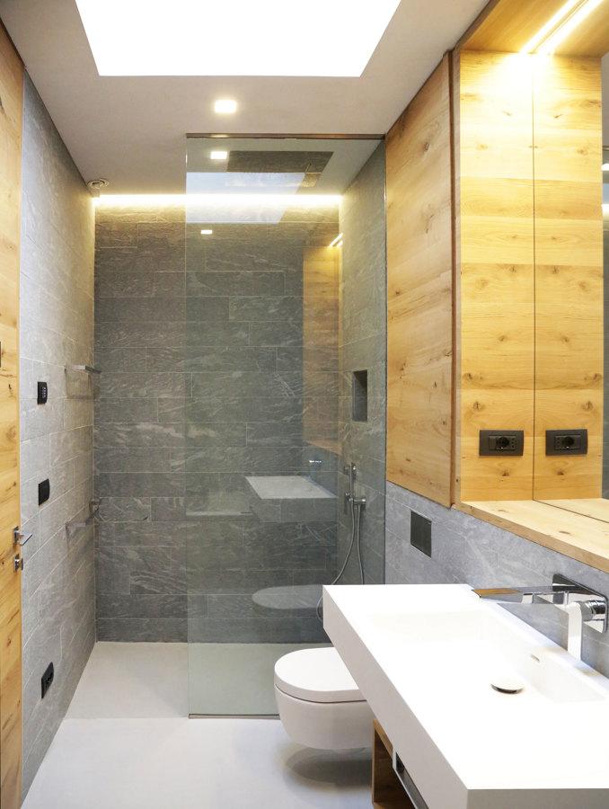 Foto bagno con pareti in pietra e sanitari in corian di - Bagno con pietra ...